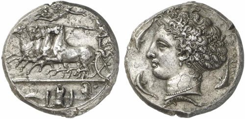 No. 76: SYRACUSE (Sicily). Dekadrachm, signed by Cimon, around 405-400. Quadriga galloping towards the left. Rv. Head of Arethusa. Jongkees 2. Gulbenkian 302 (same die). Superb toning. Extremely fine. Estimate: 100,000 EUR