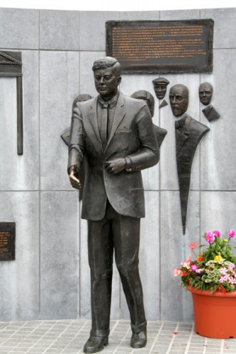 Life-size statue of the President along with representations of those family members left behind and those who emerged in the later decades. The President is posed with his right hand extended.