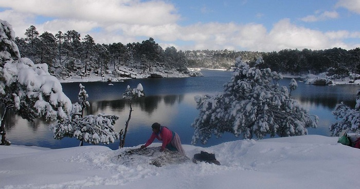 Snowy_landscape_at_Lake_Arareco_in_the_Tarahumara_Mountains_(CSMALL
