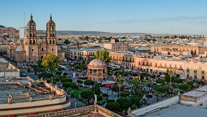 1024px-Panoramica_plaza_de_armas_Durango CC OSMALL